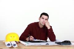 Lavoratore disinteressato in ufficio Fotografie Stock Libere da Diritti