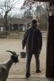 Lavoratore e capra al vecchio ripristino del villaggio di Bethpage in nuovo Y Immagine Stock