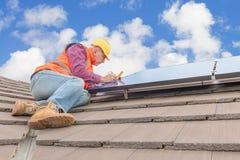 Lavoratore e pannelli solari immagini stock
