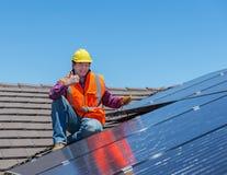 Lavoratore e pannelli solari immagine stock libera da diritti