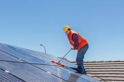 Lavoratore e pannelli solari fotografie stock