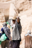 Lavoratore egiziano in valle del tempio, Egitto Fotografia Stock