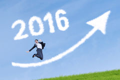 Lavoratore felice con i numeri 2016 e freccia ascendente Fotografie Stock