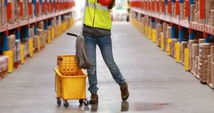Lavoratore femminile del magazzino che è abbattuto pavimento stock footage