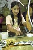 Lavoratore femminile filippino che lavora nella fabbrica di scarpa Immagini Stock Libere da Diritti