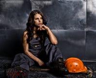 Lavoratore femminile sexy del minatore con il piccone, in tute sopra il suo corpo nudo concetto erotico di industria Fotografie Stock