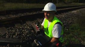 Lavoratore ferroviario che parla dal walkie-talkie video d archivio