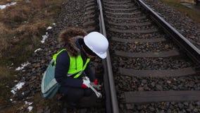 Lavoratore ferroviario femminile con le chiavi vicino alle rotaie archivi video