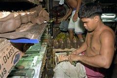 Lavoratore filippino che lavora nella fabbrica di scarpa Fotografie Stock