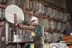 Lavoratore in fonderia della fabbrica di metallurgia fotografie stock