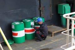 Lavoratore in impianto industriale Immagini Stock