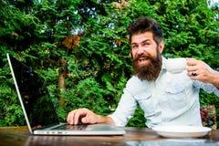 Lavoratore indipendente dell'uomo barbuto Lavoro a distanza Occupazione professionale indipendente Ripetitore della caffeina per  fotografia stock