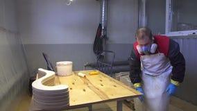 Lavoratore industriale del carpentiere che vernicia sul colpo di legno del carrello video d archivio