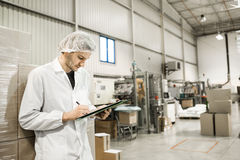 Lavoratore in magazzino per l'imballaggio per alimenti Immagini Stock Libere da Diritti