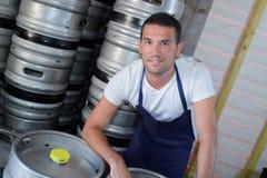 Lavoratore mantenuto sicuro che sta alla fabbrica di birra Immagini Stock