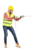 Lavoratore manuale che tira una catena Fotografia Stock Libera da Diritti