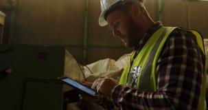 Lavoratore maschio che per mezzo della compressa digitale 4k stock footage