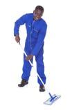 Lavoratore maschio che pulisce il pavimento Fotografia Stock