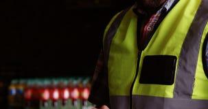 Lavoratore maschio che utilizza compressa digitale nel magazzino stock footage