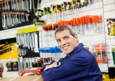 Lavoratore maturo che pende nel negozio dell'hardware Immagine Stock Libera da Diritti