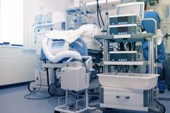 Lavoratore medico maschio nell'unità critica di cura fornita ciao-tecnologia immagine stock libera da diritti