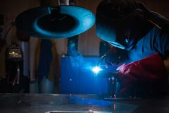 Lavoratore metallurgico del saldatore immagine stock