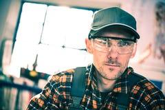 Lavoratore negli occhiali di protezione di protezione immagini stock