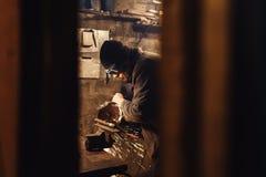 Lavoratore nei tagli dell'officina uno spazio in bianco del metallo una smerigliatrice fotografia stock libera da diritti