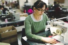 Lavoratore nel cucito di industria tessile immagini stock libere da diritti