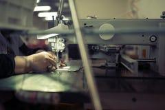 Lavoratore nel cucito di industria tessile fotografie stock libere da diritti