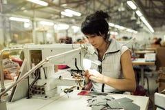 Lavoratore nel cucito di industria tessile fotografie stock