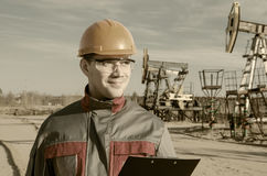 Lavoratore nel giacimento di petrolio Fotografie Stock