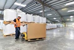 Lavoratore nell'industria di logistica - codice a barre di esame immagini stock
