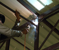 Lavoratore noi costruzione di collegamento della saldatura elettrica Fotografia Stock