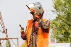 Lavoratore non identificato che lavora con il ferro concreto ad una costruzione Fotografie Stock Libere da Diritti