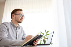 Lavoratore o uomo d'affari maschio creativo con il taccuino Immagini Stock