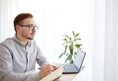 Lavoratore o uomo d'affari maschio creativo con il taccuino Fotografia Stock