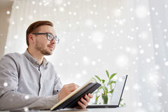Lavoratore o uomo d'affari maschio creativo con il taccuino Fotografie Stock Libere da Diritti