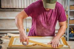 Lavoratore per proteggere di legno immagini stock