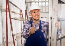 Lavoratore professionista felice in uniforme nella pianta moderna di industria fotografia stock