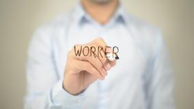 Lavoratore, scrittura dell'uomo sullo schermo trasparente Fotografie Stock
