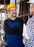 Lavoratore soddisfatto alla fabbrica delle finestre del PVC fotografia stock
