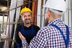 Lavoratore soddisfatto alla fabbrica delle finestre del PVC fotografie stock libere da diritti