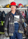 Lavoratore sorridente che tiene la compressa di Digital al fuoco Immagini Stock
