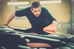 Lavoratore su un autolavaggio Fotografie Stock