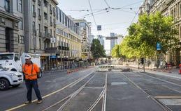 Lavoratore sul sito di lavoro stradale, Spence Street, Melbourne, Australia Immagini Stock