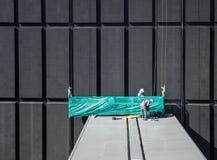 Lavoratore sul tetto Immagini Stock Libere da Diritti
