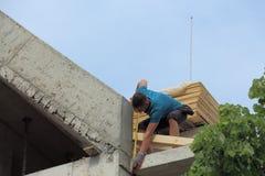Lavoratore sul tetto Immagini Stock