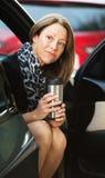 Lavoratore sveglio con caffè in automobile Fotografia Stock