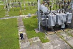 Lavoratore in switchyard ad alta tensione fotografie stock libere da diritti